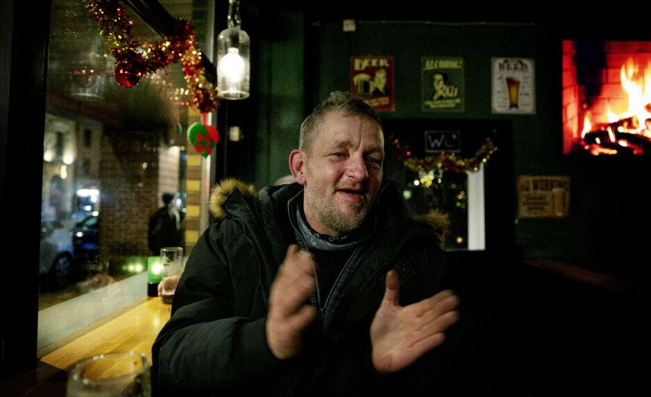 PÅ PUB PÅ JULAFTEN: - Hva er en vanlig julaften når du er over 40, ikke har barn selv og julegaver er byttet ut med julehilsener, spør Frank Kjærgaard. Foto: Kristin Svorte / Dagbladet