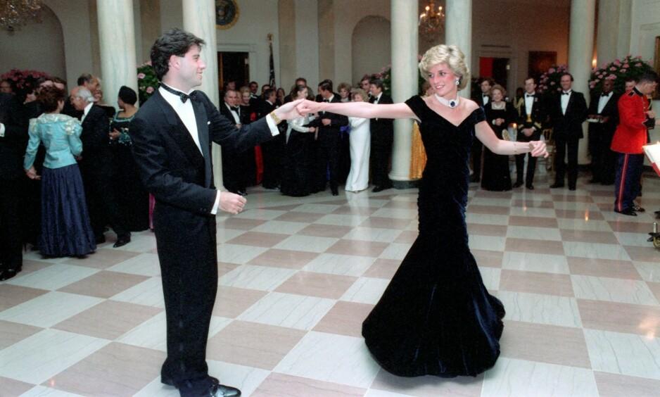 IKONISK: Bildene av John Travolta og prinsesse Diana av Wales har gått verden over, men ingen var villige til å punge ut for kjolen. Foto: NTB Scanpix