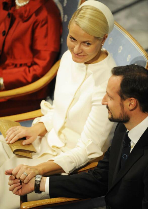 2009: Også i 2009 gikk Mette-Marit i den samme Valentino-kjolen. Denne gang med matchende, hvitt hårbånd. Foto: NTB Scanpix