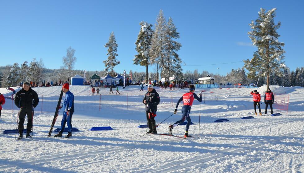 Glidens pris: - Forklaringen, siden nivåene er så høye i snøen, er at det må være noe i smøreproduktene, sier miljøforsker Linda Hanssen. Her fra skistadion i Nannestad ved et annet renn. Foto: Martin Schlabach, NILU.