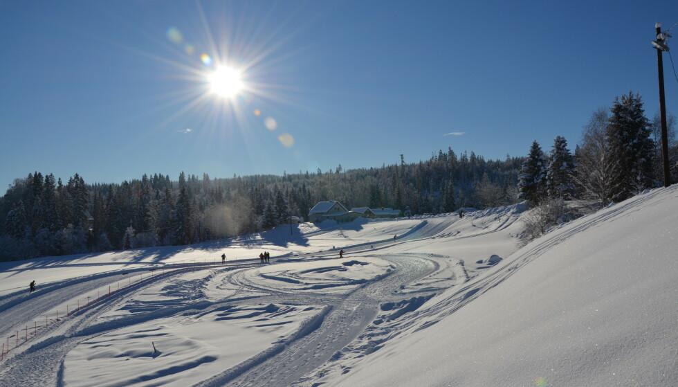Ny rapport: I tillegg til svært høyt innhold av kjente fluorstoffer er det funnet nye og til nå lite beskrevne fluorstoffer i snøen i forbindelse med et Norgescuprenn i Nannestad. Forskerne mener begge deler er urovekkende.En Foto: Martin Schlabach, NILU.