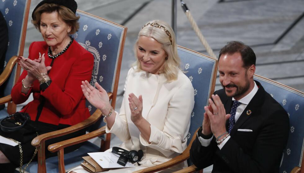 SPESIELL DETALJ: Kronprins Haakon dukket opp med et skjellarmbånd på håndleddet sitt under gårsdagens utdeling av Nobels fredspris. Dette mener Svensk Damtidning bryter med kongelig etikette. Se og Hørs kongehuseksperter er imidlertid ikke enige med det svenske magasinet. Foto: NTB Scanpix