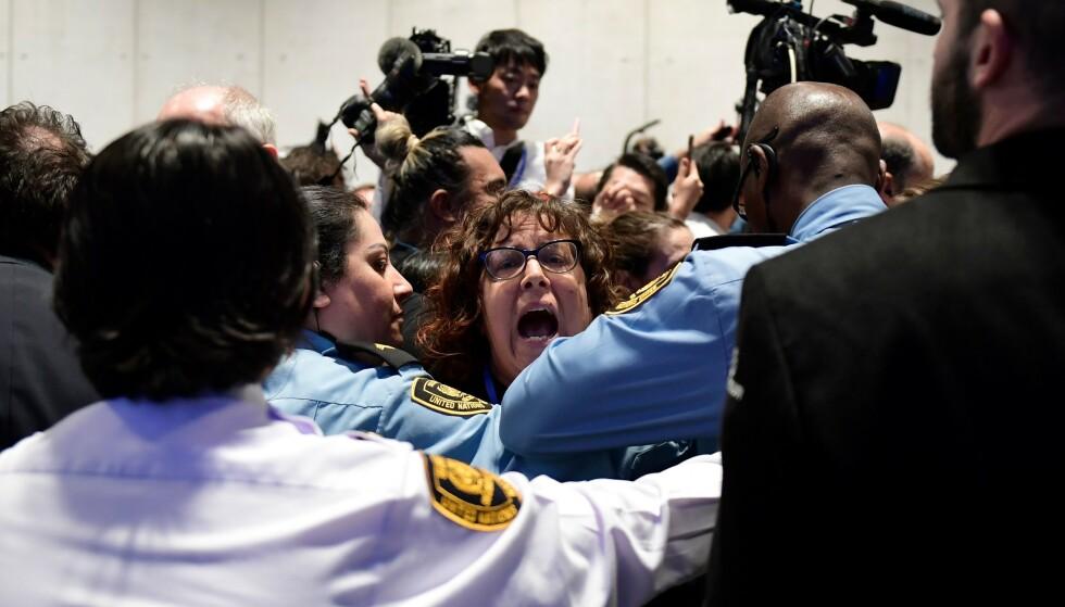 HØYLYTT: Demonstrasjonen skal ha vært høylytt like utenfor selve delegatrommet på klimatoppmøtet i Madrid. Foto: CRISTINA QUICLER / AFP / NTB Scanpix