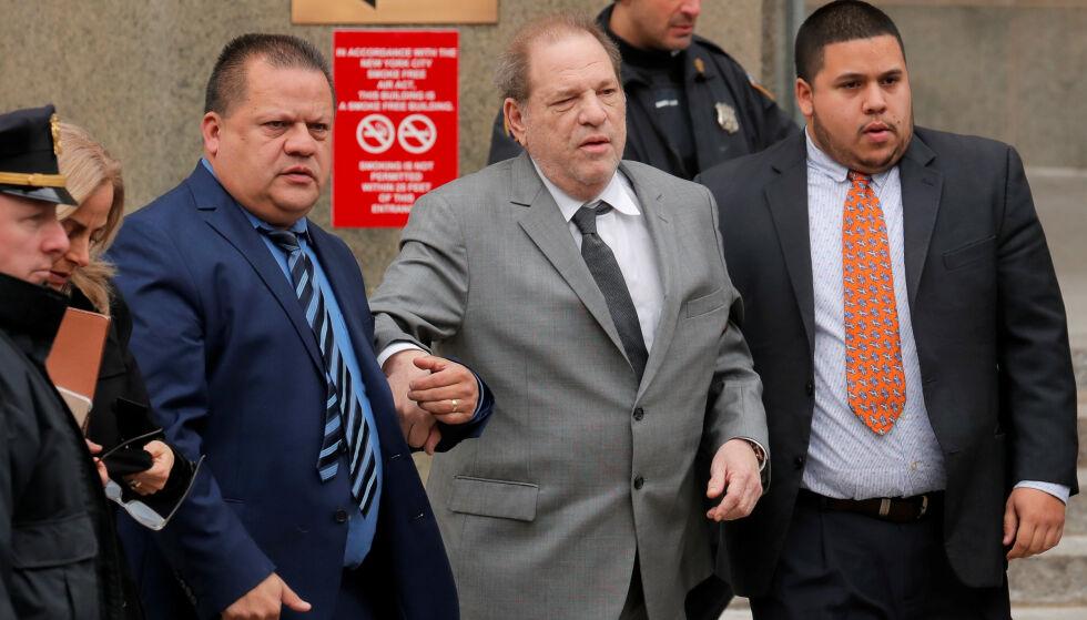 DÅRLIG HELSE: Filmprodusenten Harvey Weinstein får hjelp av to assistenter på vei ut av retten i New York. Han er tiltalt for voldtekt, men vil ha heder for alt han har gjort for kvinner. Foto: REUTERS/Lucas Jackson