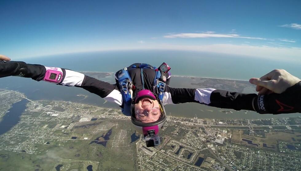 TILBAKE I LUFTA: Med nytt kne kan Linn Amundsen Mikkelborg (44) igjen gjøre favoritthobbyen: hoppe i fallskjerm. Foto: Privat