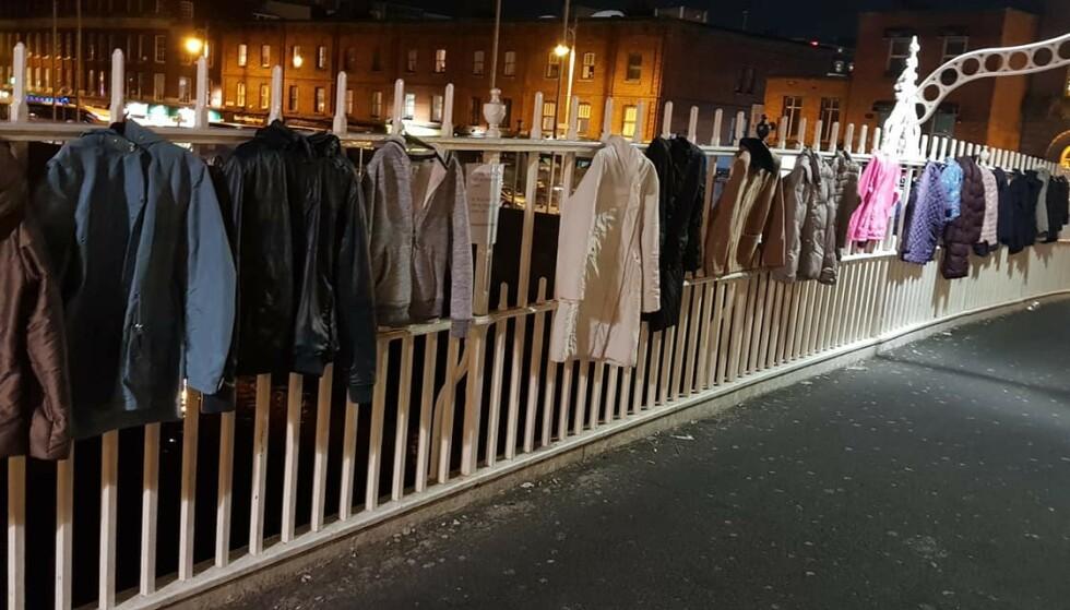 JAKKER: Rekkverket på gangbrua Ha'penny har vært dekket av jakker til hjemløse den siste tida. Foto: Warm for winter