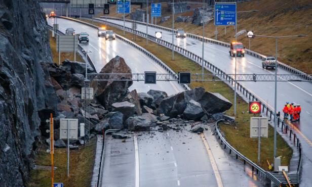 STORE STEINER: E18 er lørdag fortsatt sperret av steinraset som gikk ved Bommestad i Larvik sent fredag kveld. Foto: Alexander Vestrum / NTB scanpix