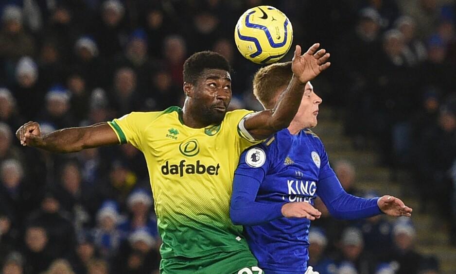 KJEMPET: Alexander Tettey i duell med Harvey Barnes i oppgjøret mellom Norwich og Leicester. Foto: Oli Scarff /AFP