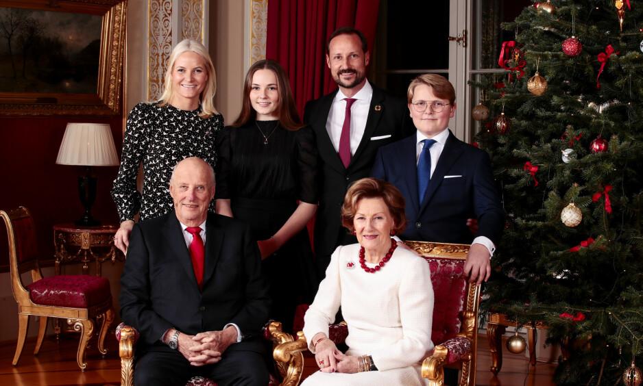 NYE BILDER: Mandag kveld delte kongehuset nye julebilder av kongefamilien. Her er de samlet mandag under den årlige og tradisjonsrike julefotograferingen. Foto: NTB Scanpix / Lise Åserud