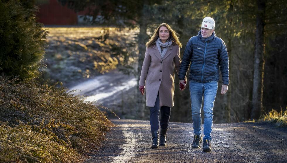 HARD KAMP: Jon Erik Knotten med kona Gunn gården i Vestfold. Knotten jobbet tidligere som smører for Swix. Nå har han bukspyttkjertelkreft , med spredning til lever - og sykdommen settes i forbindelse med skismøringen. Foto: Bjørn Langsem