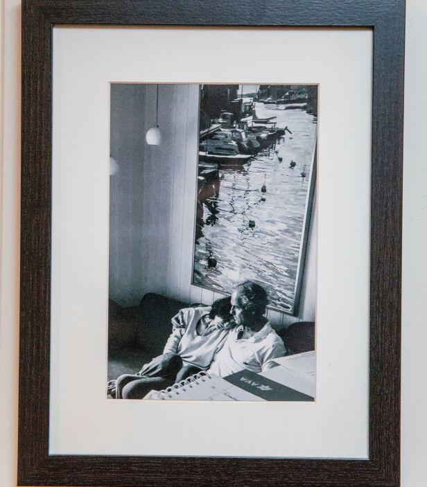 Tunge tider: Hjemme i Arnes stue henger et bilde av Toril og Arne. Det er tatt kort tid etter at Toril fikk vite at hun skulle dø. Foto: Christian Roth Christensen / privat.