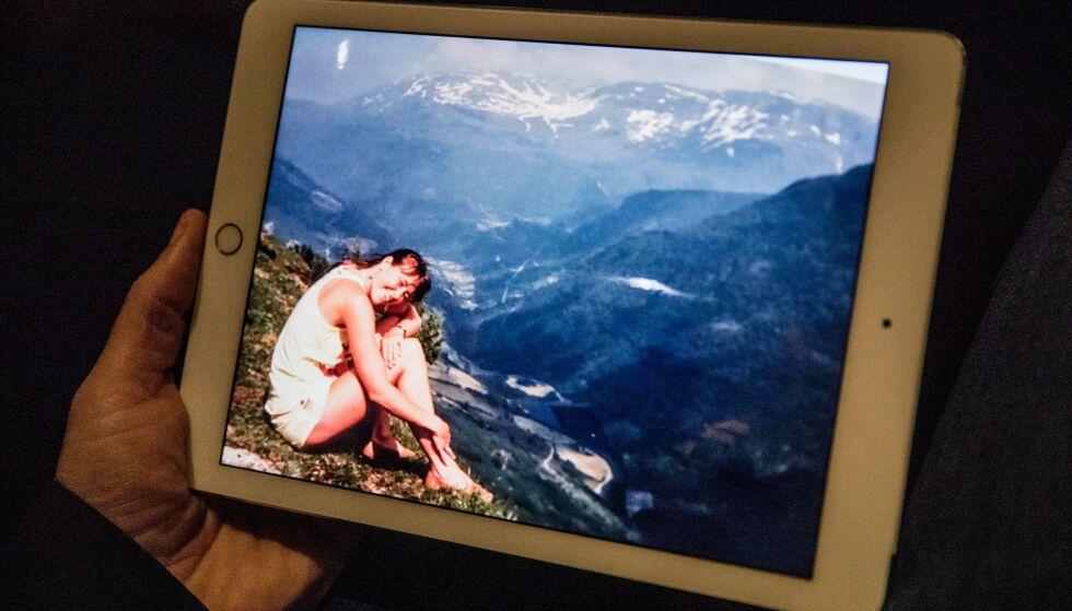 Beundret: Arne studerer bilder fra 33 års samliv med Toril. Foto: Christian Roth Christensen.