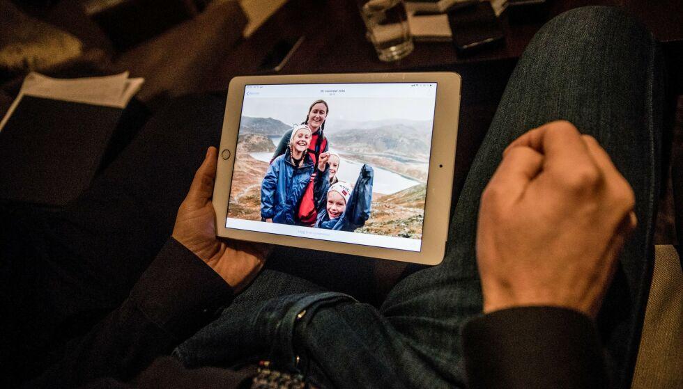 Mimrer: Arne blar i bilder fra de utallige turene de hadde sammen. Foto: Christian Roth Christensen