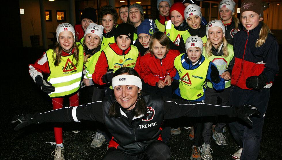 Gyldne tider: Toril foran en god gruppe barn. Hun elsket rollen som trener. Bildet er fra hennes 40-årsdag. Foto: Budstikka