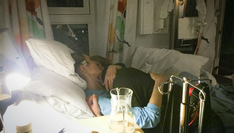 Siste avskjed: Mor Toril gir datteren en varm klem. Den dagen hadde familien fått beskjed fra helsepersonell på Lovisenberg Hospice om å ta farvel. Foto: privat