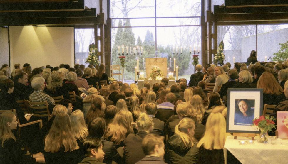 Fra bisettelsen. Flere hundre mennesker møtte i Torils begravelse. Hele midtgangen i kapellet måtte tas i bruk. Foto: Jølstad begravelsesbyrå