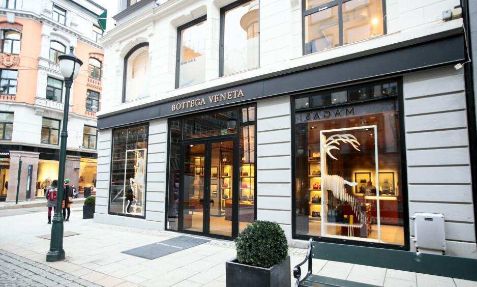 FÅR KRITIKK: Bottega Veneta er blant annet kjent for sine vevede sko, men nå får motemerkets nylanserte sko, sterk kritikk. Her er Bottega Venetas butikk i Oslo. Foto: NTB Scanpix