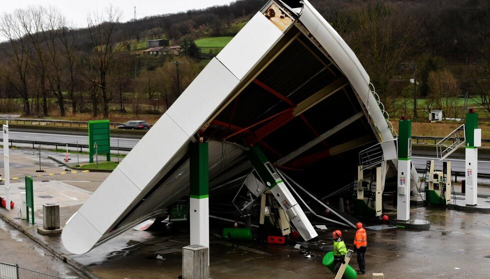TATT AV VINDEN: Denne bensinstasjonen ved motorvei A47 i Lyon i Frankrike kollapset fredag. Foto: Doucelin/SIPA/Shutterstock/NTB Scanpix.