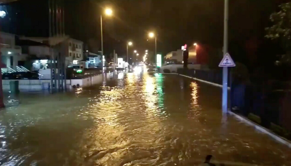 DOWNTOWN PORTO FREDAG KVELD: Bydelen Trofa i Portugals nest største by Porto oversvømmet fredag kveld: Foto: Reuters/NTB Scanpix.