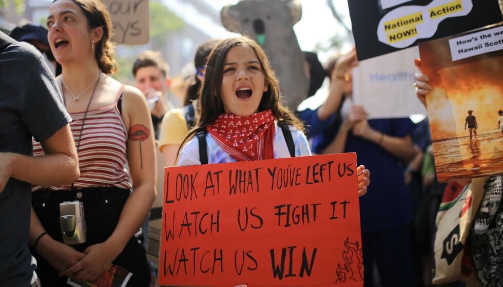 PROTESTERTE MOT STATSMINISTERENS FERIE: 13 ÅR gamle Izzy har fått stor oppmerksomhet i Australia for demonstrasjonen mot at statsministeren dro på ferie mens brannene raser. Foto: Steven Saphore, EPA/NTB Scanpix.
