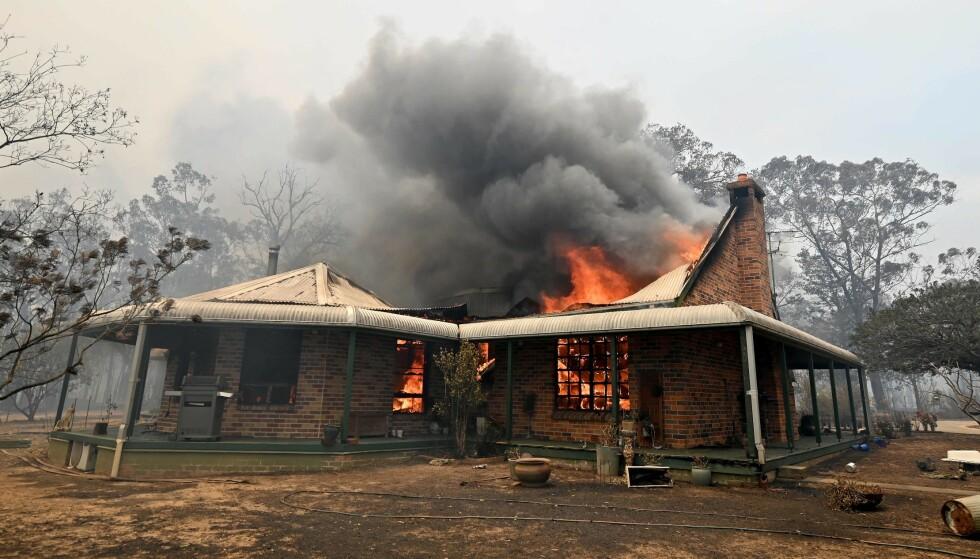 150 HUS: 400 beboere er hjemløse etter at hele landsbyen Balmoral 150 kilometer sørvest for Sydney er tatt av flammene. Foto: Peter Parks, AFP/NTB Scanpix.
