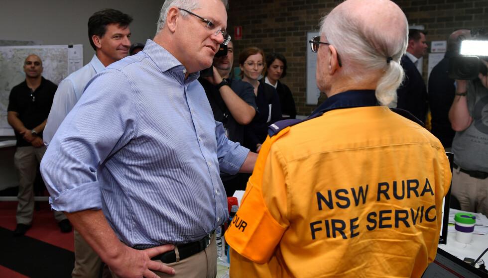 SLUTT PÅ HAWAII-FERIE: Australias statsminister Scott Morrison besøker brannmannskap i Sydney søndag. Foto: Joel Carrett, AAP Image/Reuters/NTB Scanpix.