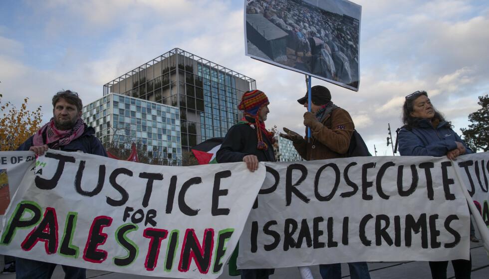 FEIRER: Etter fem års press, starter nå innledende undersøkelser i straffedomstolen i Haag om hvordan Israel styrer sine okkuperte områder. Kanskje demonstrasjonene i Haag 29. november (bildet), bidro til dette? Nå har vi grunn til å feire, sier innsenderen. Foto: Peter Dejong / AP / NTB Scanpix