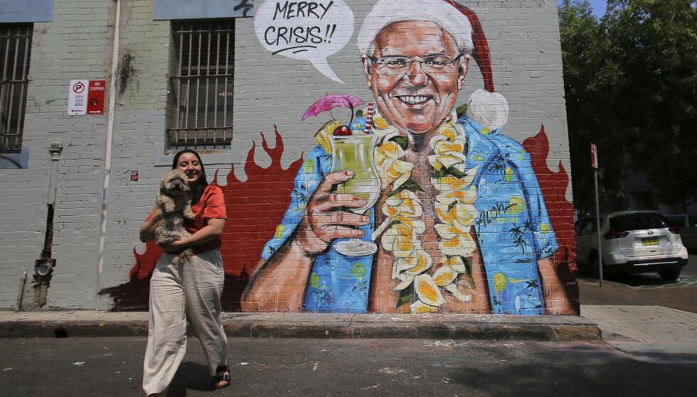 JULEHILSEN: Den hjemvendte statsministeren Scott Morrison dukket opp på dette veggmaleriet ui Sydney første juledag. Kunstneren heter også Scott, med Marsh til etternavn. Foto: Steven Saphore, AAP Images/AP/NTB Scanpix.