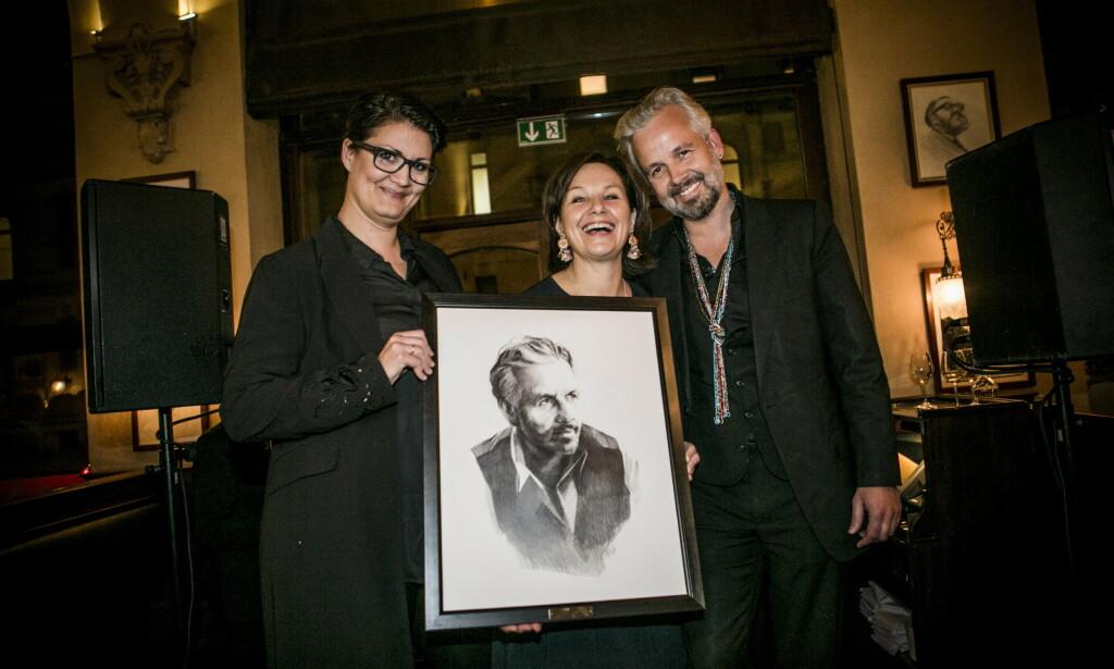 2016: Ari Behn hedres med portrett på Theatercaféen i Oslo. Tegner Esther Maria Bjørneboe, Caroline Boman Hansen og Ari Behn. Foto: Christian Roth Christensen / Dagbladet