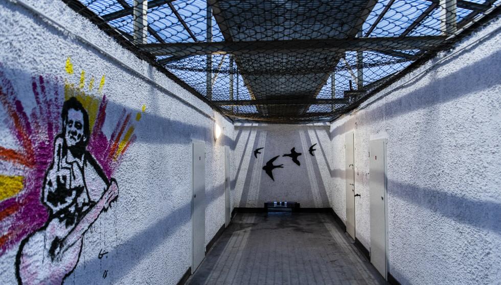 LUFTEGÅRD: For innsatte på isolasjon kan en time eller to innelåst i 15 kvadratmeter store båser i denne gangen være så godt som det eneste tilbudet de har om opphold utenfor cella. Foto: Lars Eivind Bones