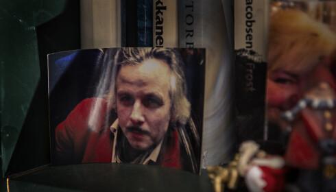 I BOKHYLLA: Et bilde av sin gode venn Ari Behn står i bokhylla i biblioteket, der de har tilbragt mange timer sammen foran peisen. Foto: Frank Karlsen