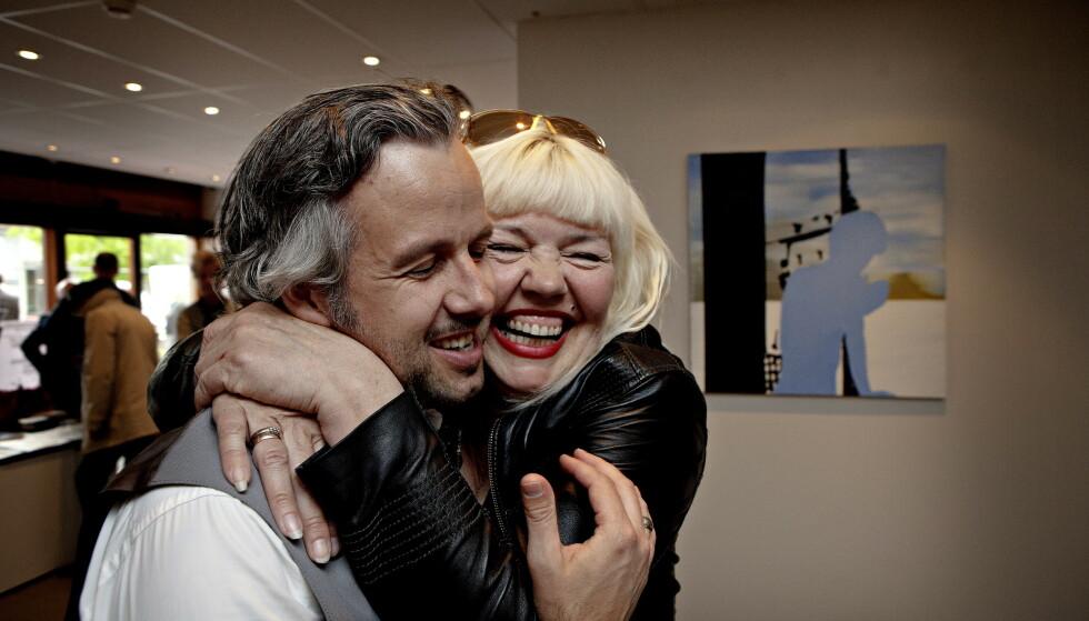 NÆRE: Unni Askeland har vært en av Ari Behns nærmeste venner i en årrekke. - Han var en som var flink til å se mennesker og til å gi av seg selv til andre når det trengtes. Jeg har bare lyst til å ringe ham. Jeg kan ikke fatte at han er borte. Her fra en av hennes utstillinger i 2013. Foto: Jacques Hvistendahl / Dagbladet