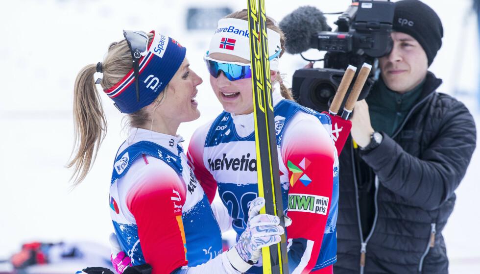 GLADE SAMMEN IGJEN: Therese Johaug og Ingvild Flugstad Østberg etter to flotte løp under det første Tour de Ski-rennet i sveitsiske Lenzerheide. Foto: Terje Pedersen / NTB scanpix
