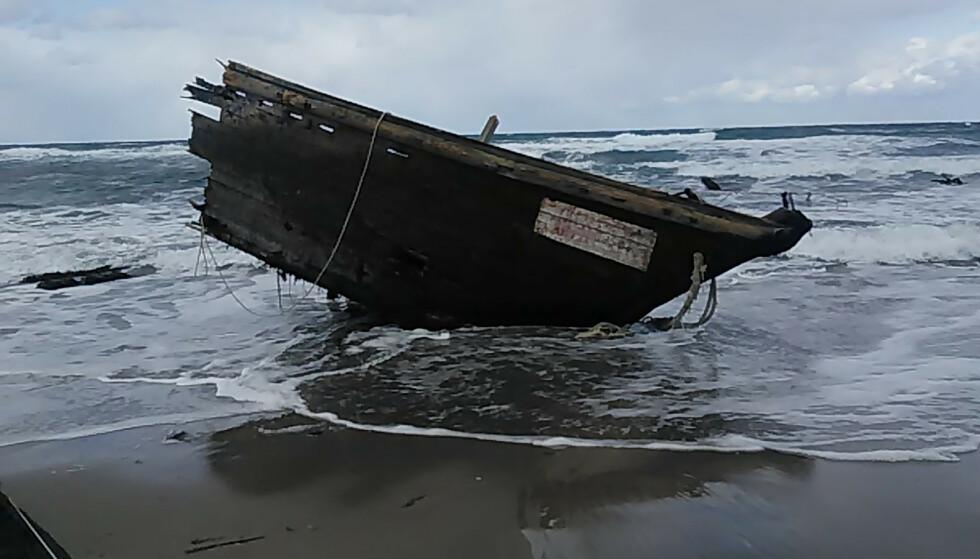 VRAK: En del av båten der likene ble funnet. Foto: Sado Coast Guard Station/AP
