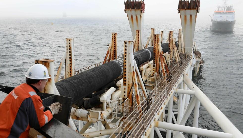 MARERITT-LEDNING: Nord Stream 2 gjennom Østersjøen skulle stått ferdig i januar, men ledningen skaper rør for Angela Merkel og Vladimir Putin. Foto: Bernd Wüstneck / dpa / AFP / NTB Scanpix