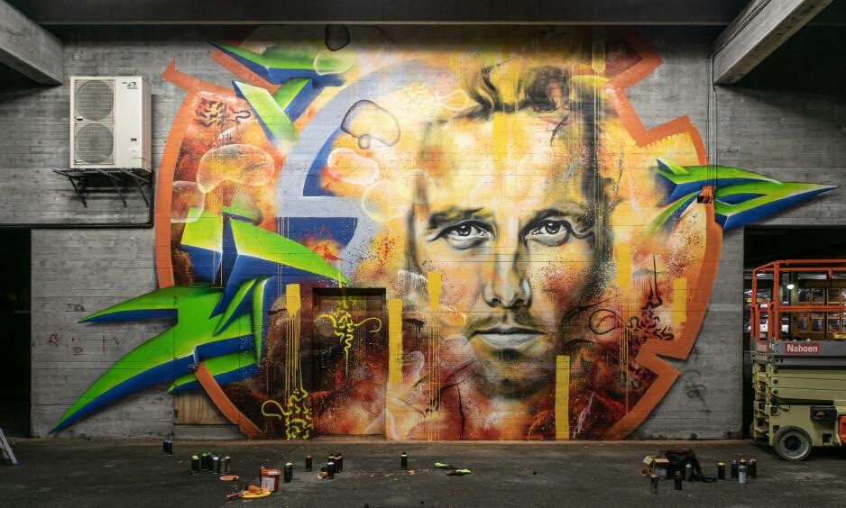 HYLLEST: Her jobber gatekunstnerne med bildet av Ari Behn i Bergen. Foto: Øistein Jakobsen