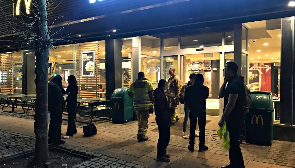 EVAKUERT: Politi og brannvesen kom til stedet og både McDonald's og Kiwi måtte luftes ut etter at to ungdommer sendte opp fyrverkeri inne på McDonald's i Tønsberg. Foto: Vestfold Interkommunale Brannvesen