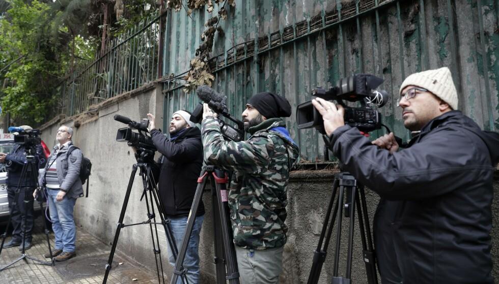PRESSEOPPBUD: Pressefotografer har tatt oppstilling utenfor Carlos Ghosens hjem i Beirut. Foto: AFP/NTB Scanpix