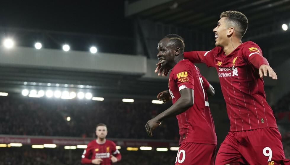USTOPPELIGE LIVERPOOL: Liverpool's Sadio Mane feirer 2-0 med lagkamerat Roberto Firmino. Liverpool virker uslåelige denne sesongen. Manchester Citys tresifrede poengrekord i Premier League er i fare. Foto: Jon Super, AP/NTB Scanpix