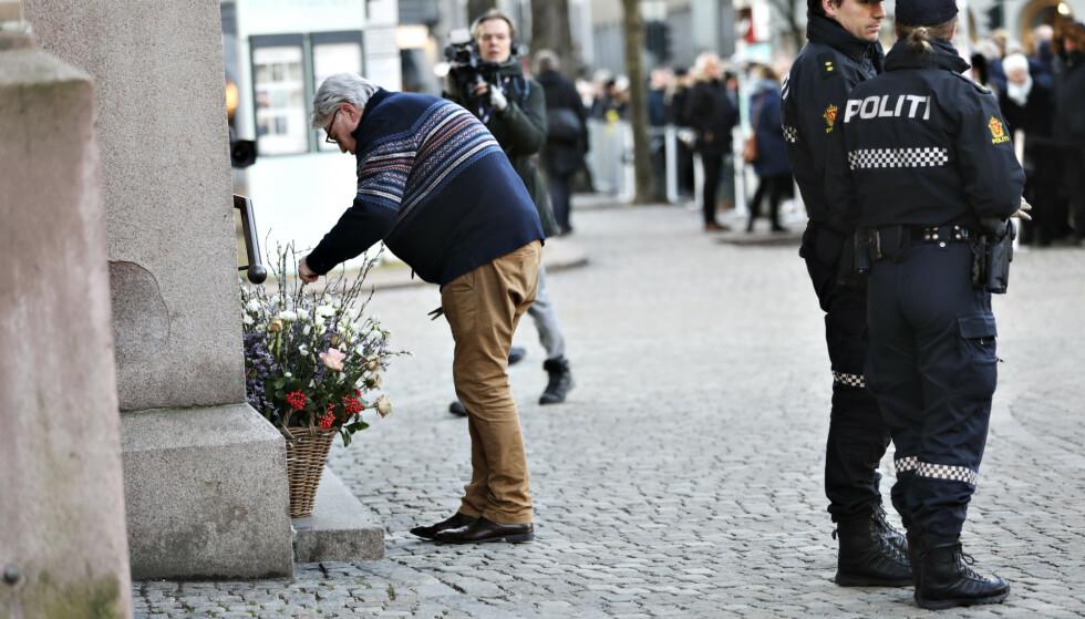 ORDNET MED BLOMSTER: Det er Finn Schjøll som har ordnet med blomsterdekorasjonene til Ari Behn sin kiste. Foto: Christian Roth Christensen/ Dagbladet