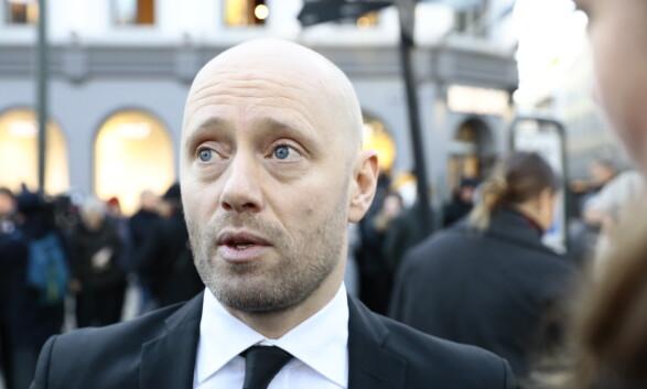 VENNER: Skuespiller Aksel Hennie er til stede for å minnes vennen Ari Behn. Foto: Nina Hansen