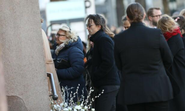 PÅ VEI INN: Sondre Lerche på vei inn i Oslo domkirke i anledning Ari Behns bisettelse. Foto: Christian Roth Christensen/ Dagbladet