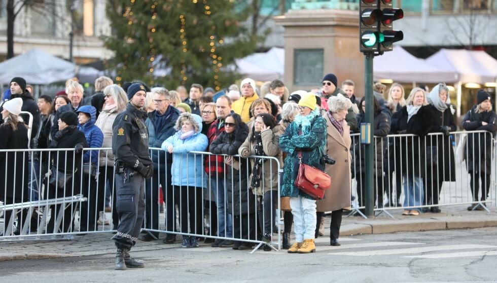FOLKEHAV: Utenfor Oslo domkirke er det flere hundrevis av mennesker som møtte opp med et ønske om å få plass inne i kirka under Ari Behns bisettelse. Foto: Christian Roth Christensen.