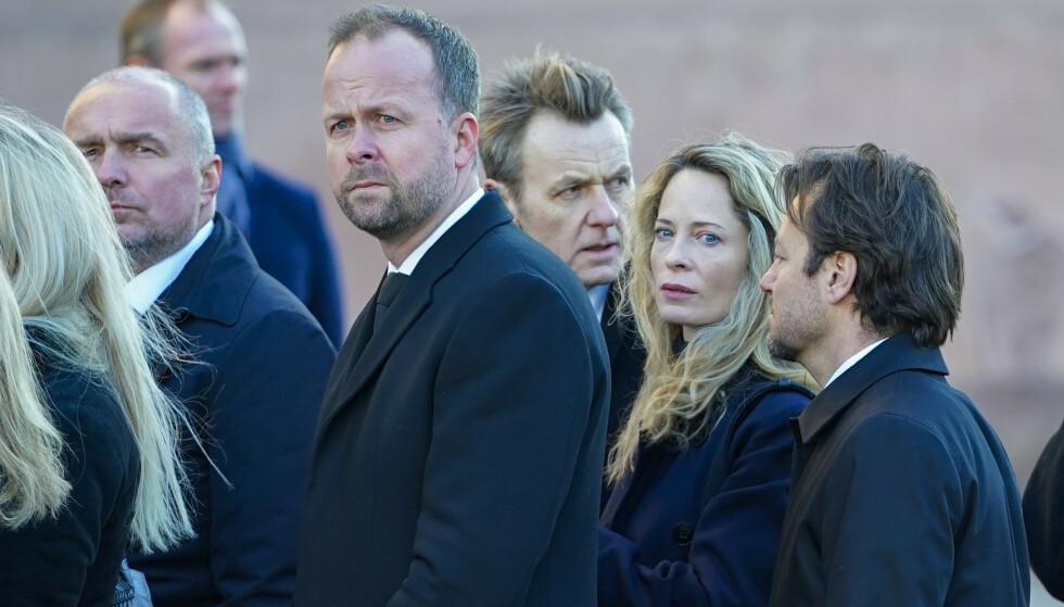 SORGFULL DAG: Thomas Myhre, Fredrik Skavlan og Maria Bonnevie dukket også opp utenfor Oslo domkirke fredag ettermiddag. Foto: NTB Scanpix