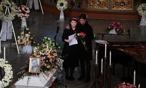 TALE: Maud Angelica Behn (16) holdt tale i farens bisettelse. Prinsesse Mårtha Louise sto ved hennes side. Foto: NTB scanpix