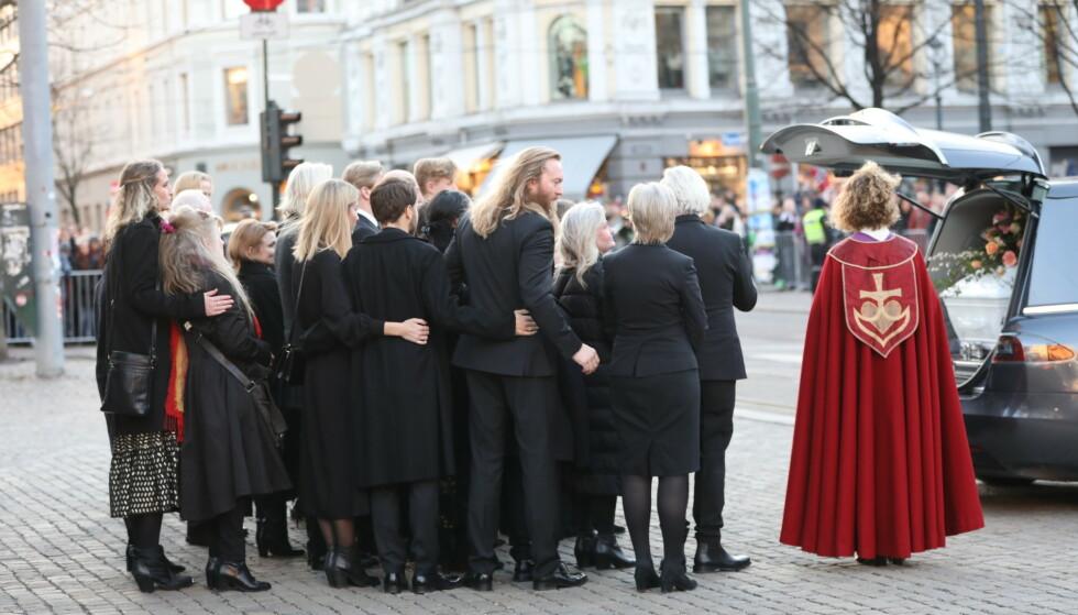 FARVEL: Familien holdt rundt hverandre da bårebilen kjørte vekk. Foto: Christian Roth Christensen / Dagbladet
