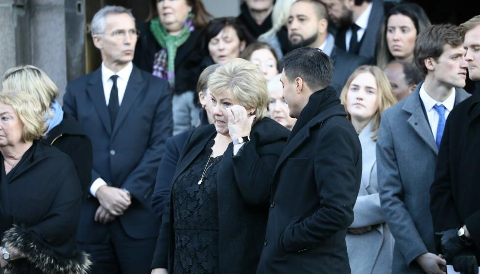 TÅREVÅTT: Statsminister Erna Solberg (H) tørket en tåre da kista ble båret ut. Foto: Christian Roth Christensen/Dagbladet