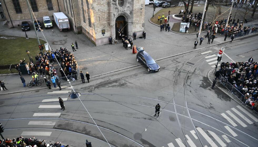 STORT OPPMØTE: Hundrevis av mennesker sto utenfor kirka før den åpnet dørene. Da bisettelsen var over sto det fortsatt mange utenfor som ville si farvel. Foto: Lars Eivind Bones/Dagbladet