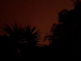 MØRKE: Kort tid etterpå ble himmelen over Mallacoota nærmest kull svart. Dette bildet er tatt klokka 15.00 lokal tid lørdag. Foto: Reuters / NTB scanpix