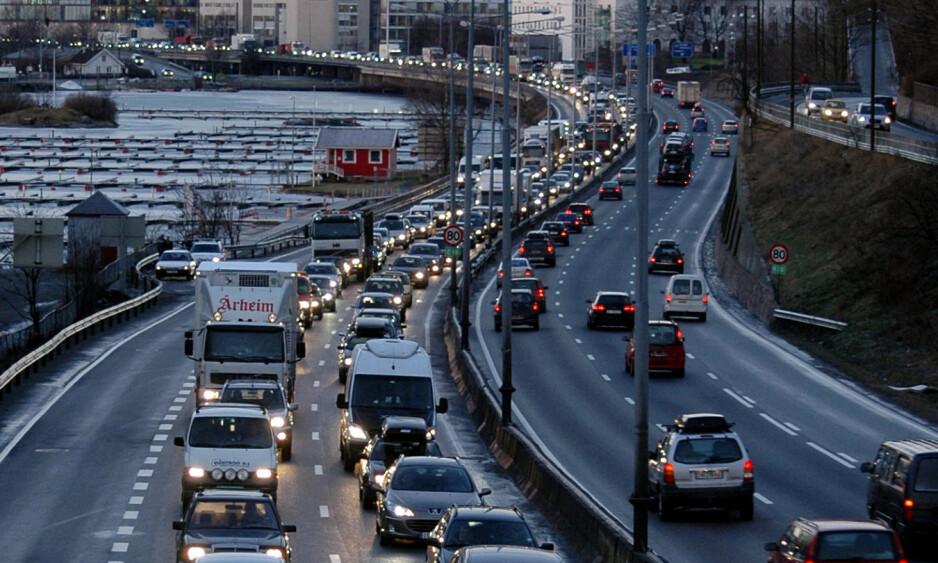 ELBIL ER OGSÅ BIL: Et argument for å skrote nullvekstmålet er at innfasing av elbiler gir utslippsreduksjon, som gjør målet mindre relevant. Men en elbil er fortsatt en bil, den bruker også veikapasitet og parkeringsareal og bidrar til kø, ulykker, støy og svevestøv, skriver innsenderne. Foto: Jens O. Kvale / NTB Scanpix